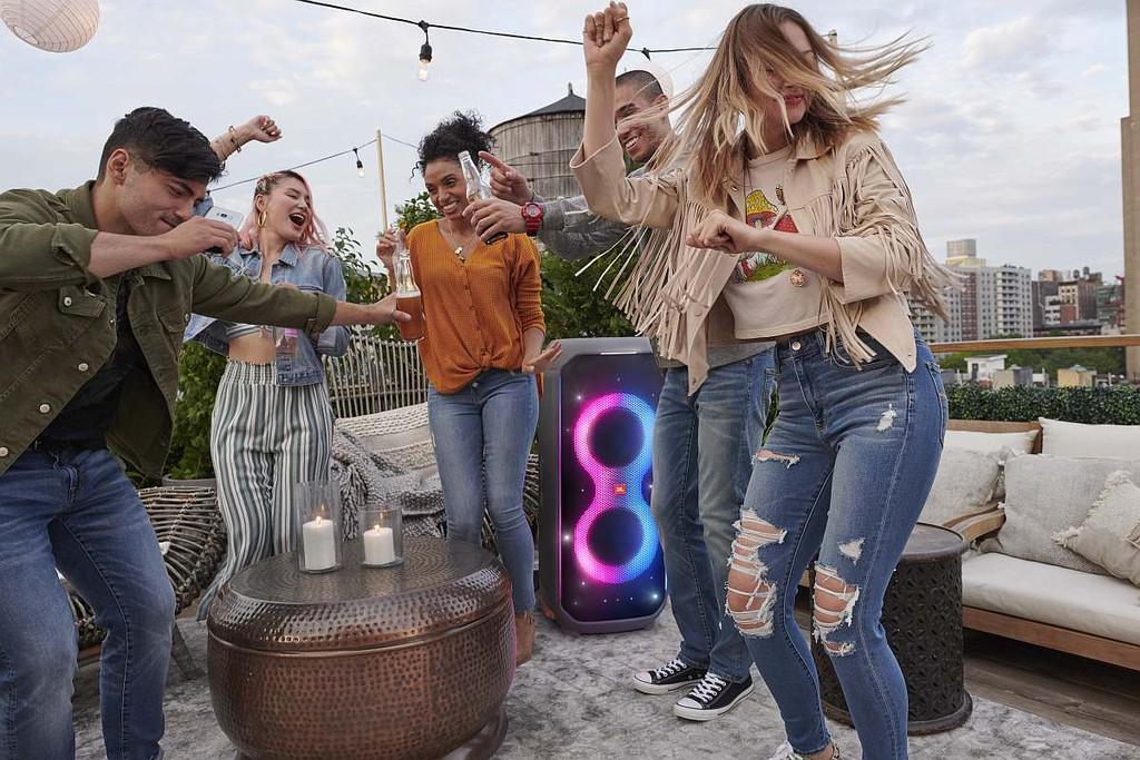 JBL ra mắt loa PartyBox 110 và Partybox 710 với âm thanh lớn hơn, tích hợp ánh sáng